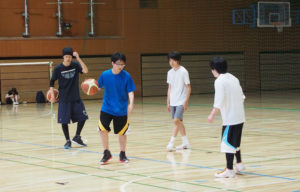 練習後、このバスケット部の活動に対して、キャプテンと女子部員の2名にインタビューを行ないました。