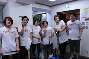 ステージ上でバンド名を描いたTシャツに早着替えを披露した植木先生クラスのメンバー