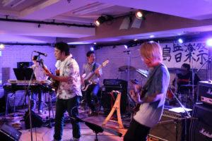 「Love&Peace、Love&Peace」と大合唱するKASHIMA BOYS&GIRLS