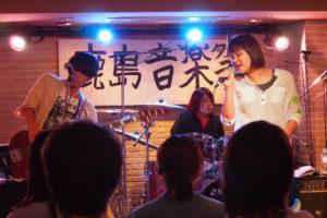 「だんべらーず」は、音楽学校メーザー・ハウス高等部の男女混合5名で結成。今回はアニソンをロックに演奏。安定した演奏力が魅力。