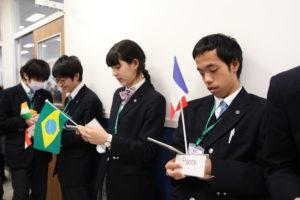 事前に準備したメモを読み返しながら、スピーチの順番を待つ登録国の大使たち