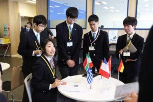 複数の国が集まってグループが形成される中、各国の調整役に回る大使もでてきました