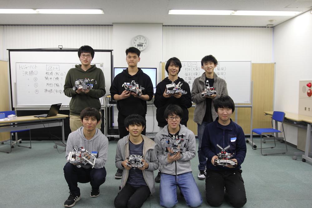 予選で獲得した得点の上位8名が、自慢のロボットで決勝戦に挑みます