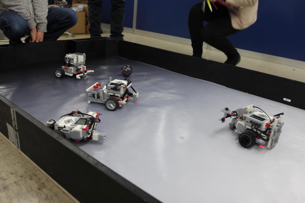 ボールにはセンサー組み込まれ、ロボットはそのセンサーを感知して動くようプログラミングさています