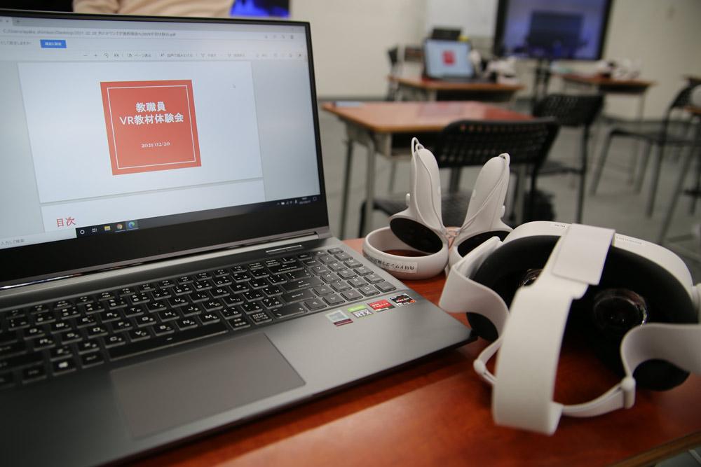 VR授業を受けるためには、パソコン(またはスマートフォン、タブレット)とVRヘッドセット、コントローラーが必要